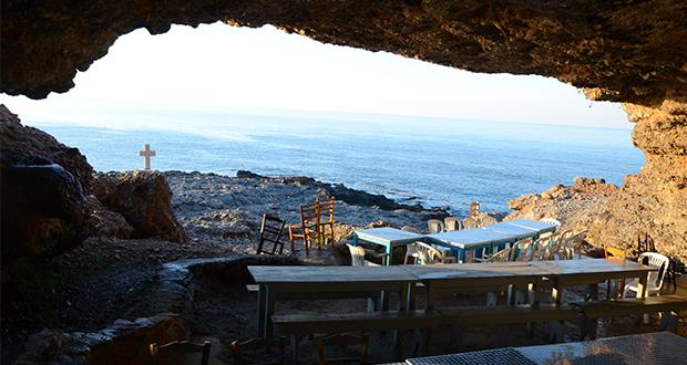 Η σπηλιά αγναντεύει το Λιβυκό πέλαγος