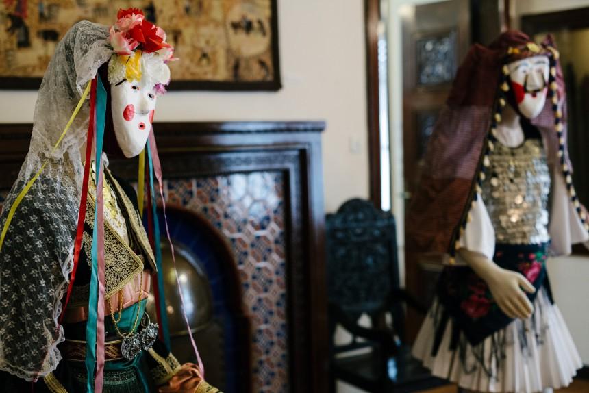 Τα ρούχα της φορεσιάς του Γιανίτσαρου και της Μπούλας είναι: Η κοντέλα, ένα είδος φαρδομάνικου πουκάμισου. Η φουστανέλα, που είναι το βασικότερο κομμάτι της φορεσιάς, με 250-400 πιέτες. Το πισλί, ένα βελούδινο γιλέκο. Το μοραΐτικο ζωνάρι, στολισμένο με άσπρες και λιλά ρίγες. Το σελάχι, φτιαγμένο από πολλά στρώματα δέρματος με κέντημα, το οποίο χρησιμοποιούν ως πορτοφόλι ή θήκη για κουμπούρι ή μαχαίρια. Οι μπέτσφες, είδος μάλλινης κάλτσας για τα πόδια με βοδέτες που τις συγκρατούν και, βέβαια, τα τσαρούχια, που κατασκευάζονται από δέρμα και καταλήγουν σε μια πυκνή, μαύρη φούντα. Ο θώρακας είναι στολισμένος με δεκάδες ασημένια νομίσματα, ενώ η πλάτη στολίζεται με το πλουσιότερο κόσμημα της φορεσιάς, το κιουστέκι. Φωτό: Πάρις Ταβιτιάν / LIFO