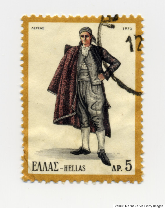 Αντρική Λευκαδίτικη φορεσιά (1973). Αποτελείτο από άσπρο κεντητό πουκάμισο και γιλέκο συνήθως σε γαλάζιο βελούδο μπροστά και σε βυσσινί, κόκκινο ή παγωνί μετάξι πίσω. Η τσόχινη ή διμιτένια βράκα, οι κεντητές κάλτσες, το ζωνάρι και το φέσι με τη μαύρη φούντα συμπλήρωναν την ενδυμασία.