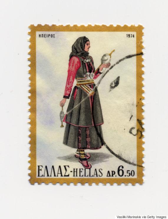 Γυναικεία φορεσιά Ηπείρου (1974). Αντικατοπτρίζει τα αυστηρά ήθη και τις παραδόσεις της κλειστής κοινωνίας των Ηπειρωτών. Αποτελείται από το σιγκούνι, το πουκάμισο, τη φούστα, τη ποδιά και το μαντήλι. Πιο αναλυτικά, το πουκάμισο, το οποίο είναι και το βασικό ένδυμα κάθε γυναικείας φορεσιάς, είναι κλειστό με κατακόρυφο άνοιγμα ως το λαιμό. Το πουκάμισο καθώς και η φούστα είναι συνήθως στον ίδιο χρωματισμό και από το ίδιο ύφασμα κατασκευασμένο. Το σιγκούνι ή φλοκάτα είναι αμάνικο πανωφόρι κατασκευασμένο από μαύρο χοντρό ύφασμα και στολισμένο με κορδέλες και κεντήματα από γαϊτάνι. Στη μέση δένουν τη μαύρη ποδιά, η οποία είναι έντονα διακοσμημένη στο κάτω μέρος της. Στο κεφάλι δένουν το μαύρο μαντήλι που στολίζεται από δαντέλα σε διάφορους χρωματισμούς. Ως συμπλήρωμα της φορεσιάς φορούν στη μέση το ασημοζούναρο, ασημένια πόρπη με ζώνη και στο στήθος τα φλουριά. Στα πόδια φορούν κάλτσες και μαύρα παπούτσια.