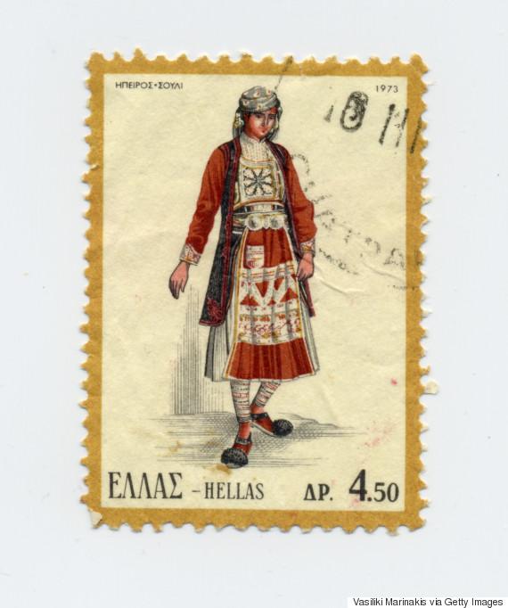 Γυναικεία φορεσιά του Σουλίου (1973). Συχνά εμφανίζεται με το όνομα καφτάνια, λόγω του καφτανιού, που είναι βασικό στοιχείο της φορεσιάς. Τα κύρια μέρη της φορεσιάς είναι: η φανέλλα, το πουκάμισο, το μισοφόρι, το μισοφούστανο, η φουστάνα, το καφτάνι, το ζουνάρι, η ζούνα, η ποδιά, τα τσουράπια και τα καντούρια. Τα μαλλιά τους τα έπλεκαν σε φαρδόκοσσα, την οποία στόλιζαν με το καρμπόνι και έδεναν το διστθιμέλι και τη μαγουλίκα, στολίζοντας με τα παγούνια. Στα κοσμήματα συναντάμε αλυσίδες με φλουριά, ασημένιες ή μαλαματένιες καρφίτσες, το γκερντάνι και τη μπούρλια.