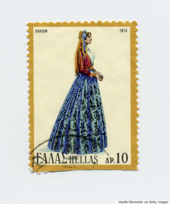 Γυναικεία Πηλιορείτικη φορεσιά (1974). Αποτελείται από το φουστάνι με τον «κορμά» και το κοντογούνι (ένα είδος ζακέτας βελούδινης συνήθως, σπανιότερα γινόταν και από μετάξι με κοντό όρθιο γιακά), που είχε φυσικά μακριά μανίκια και ήταν φοδραρισμένο με σατέν. Μπροστά στο στήθος ήταν ανοιχτό, σε τρόπο που να φαίνεται ο κορμάς του φουστανιού ή η κεντημένη τραχηλιά. Συνήθως ήταν μπλε, γκρενά ή μαύρο. Κύριο χαρακτηριστικό του κοντογονιού ήταν η πλούσια αρματωσιά του, που ήταν συνδεδεμένη με πολλά και ποικίλα κεντίδια, με δαντέλες, με σιρίτια και κορδονέτα που σκέπαζαν τα μανίκια και τις παρυφές του. Η φορεσιά ολοκληρωνόταν με μαύρες κάλτσες και παπούτσια (γουβάκια που ήταν από μαύρο πετσί, σκέτα, με χαμηλό τακούνι, ανοιχτά και χωρίς κορδόνια), το φέσι, το καλαμκερί ή καλεμκερί (ένα είδος τσεμπεριού αραχνοΰφαντο και σε καφετί συνήθως χρωματισμό), τη ζώστρα (ενάμιση μέτρο και φαρδιά, κατά κανόνα μεταξωτή και χωρίς κρόσσια με διάφορα χτυπητά χρώματα) και κοσμήματα.