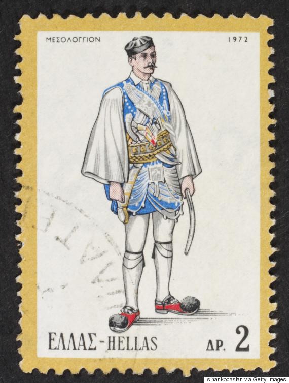 Αντρική φορεσιά των Αρματωμένων του Μεσολογγίου (1972). Η πρώτη και παλιότερη ενδυμασία των αντρών αποτελούνταν από το αντερί, τη φλοκάτα και το φέσι. Το αντερί είδος ριχτού αντρικού φορέματος με μανίκια ήταν ανοιχτό μπροστά, αλλά κούμπωνε στο πλάι με μια ζάβα, όμοιο με το σημερινό μεσοφόρι των παπάδων. Μακρύ ως τα κότσια των ποδιών, γινόταν από μάλλινα υφάσματα για το χειμώνα, βαμβακερά για το καλοκαίρι. Η φλοκάτα είδος μακριού πανωφοριού χωρίς μανίκια, χρώματος μαύρου ή άσπρου, γινόταν από σκουτί, μάλλινο χοντρό ύφασμα με φλόκια, δουλεμένο στον αργαλειό. Το φέσι, το πρώτο υποχρεωτικό κάλυμμα της κεφαλής των αντρών, ψηλό και κυλινδρικό, χωρίς γύρο, ήταν φτιαγμένο από μάλλινο κόκκινο ύφασμα, είδος μαλακού χοντρού βελούδου της τσόχας. Με φούντα από μεταξωτό μαύρο νήμα ή χωρίς φούντα.