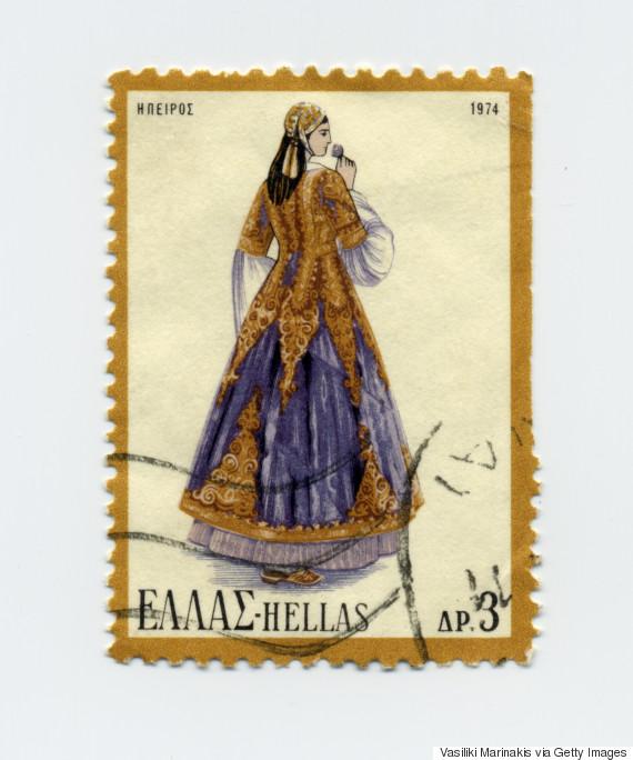 Γυναικεία φορεσιά Ηπείρου (1974). Οι φορεσιές της Ηπείρου χωρίζονται σε πολλές κατηγορίες τόσο ανά περίσταση όσο και ανά περιοχή. Η συγκεκριμένη είναι από τις λαμπρότερες ποικιλίες της γυναικείας φορεσιάς, ιδιαίτερα της αστικής τάξης. Το χαρακτηριστικότερο εξάρτημά της είναι το βαρύτιμο πιρπιρί, ο μακρύς χρυσοκέ ντητος επενδύτης, δείγμα της τεχνικής των τερζήδων. Το φόρεμα και η ποδιά ράβο- νταν από ευρωπαϊκές στόφες. Το κάλυμμα του κεφαλιού είναι ένα απλό φεσάκι με μακριά φούντα από γαλάζιο μεταξωτό κορδόνι, το μπρισίμι.