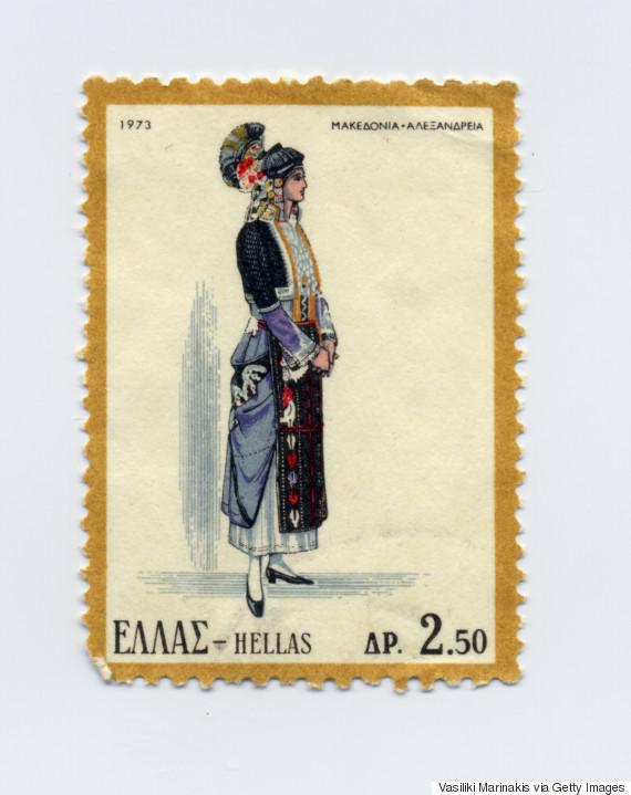 Γυναικεία φορεσιά της Αλεξάνδρειας-Μακεδονίας (1973). Η πανέμορφη και αρχοντική αυτή στολή, θεωρείται από τις αρχαιότερες Ελληνικές ενδυμασίες και έχει καθιερωθεί να ονομάζεται ως «η στολή του Γιδά» (Αλεξάνδρεια Ημαθείας) και να εκπροσωπεί τον γεωγραφικό χώρο της Μακεδονίας. Οι γυναίκες του Ρουμλουκιού (μία συστάδα χωριών στον κάμπο της Ημαθίας), για πάρα πολλά χρόνια και σε καθημερινή βάση, φορούσαν με τελετουργικό τρόπο την σύνθετη και ιδιόμορφη αυτή στολή, προσαρμοσμένη ανάλογα στα στάδια της ζωής τους, έτσι ώστε να απεικονίζει και την κοινωνική τους καταξίωση. Ο ιδιόμορφος εντυπωσιακός κεφαλόδεσμος ονομάζεται «κατσούλι». Σύμφωνα με την τοπική παράδοση το «κατσούλι» ανάγεται στην εποχή του Μ. Αλεξάνδρου, όταν κατά τη διάρκεια μιας μάχης οι άνδρες νικήθηκαν και οι γυναίκες πολέμησαν γενναία, με αποτέλεσμα να ηττηθεί ο εχθρός. Ο Μέγας Αλέξανδρος τότε, για να τις τιμήσει, διέταξε τους άνδρες να βγάλουν τις περικεφαλαίες και να τις φορέσουν οι γυναίκες.