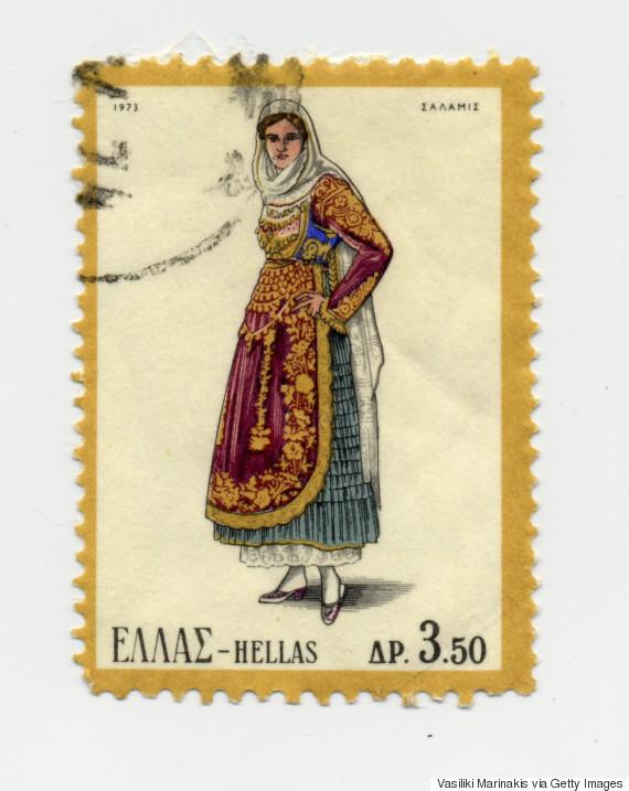 Γυναικεία φορεσιά Σαλαμίνας (1973). Η Σαλαμίνα ακολούθησε την εξέλιξη της μεγαρίτικης φορεσιάς. Η παλιά τους φορεσιά ήταν με κεντημένα πουκάμισα και με μάλλινα σεγκούνια, όπως σε Αθήνα και Τανάγρα. Κρατήθηκε μόνον ο παλιός στολισμός του κεφαλιού. Το πουκάμισο, χασεδένιο ή βαμβακερό με μανίκια, τελειώνει στον ποδόγυρο με μια φαρδιά δαντέλα συνήθως πλεχτή. Απαραίτητα είναι τα 2-3 κολλαριστά μισοφόρια για να πάρει όγκο η φούστα. Στο στήθος μια λεπτή τραχηλιά κλείνει ντο άνοιγμα του πουκαμίσου.