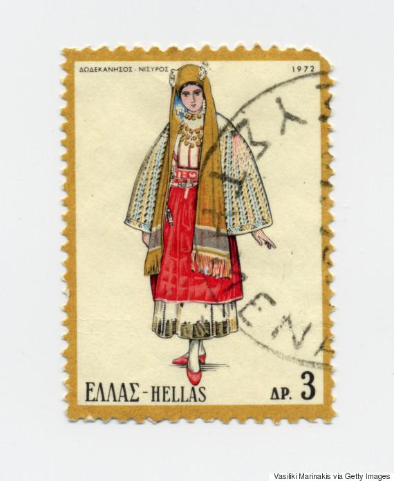 Γυναικεία φορεσιά Νισύρου (1972). Η Nισύρικη στολή έρχεται απευθείας από τα χρόνια του Βυζαντίου και θυμίζει ένδυμα της Θεοδώρας. Το κόκκινο υπάρχει επειδή στην αρχαιότητα η Νίσυρος ονομαζόταν «Πορφυρίς», όνομα παρμένο από τα κοχύλια, τις πορφύρες. Με αυτά έβαφαν κόκκινους τους αυτοκρατορικούς χιτώνες από την ομηρική ακόμη περίοδο.