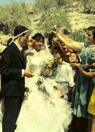 Ραντίζοντας το ζευγάρι, μετά την τέλεση του γάμου τους. ΛΕΒΕΝΤΕΙΟ ΜΟΥΣΕΙΟ