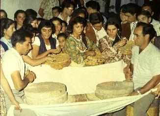 Φτιάχνοντας ρέσι. Πρόκειται για παραδοσιακό έδεσμα από σιτάρι ψημένο σε ζωμό κρέατος. ΛΕΒΕΝΤΕΙΟ ΜΟΥΣΕΙΟ