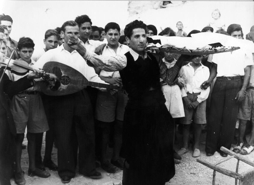 Χορεύοντας …τα ρούχα του γαμπρού. Φωτογραφία του 1950 από παραδοσιακό γάμο στην Πάφο. Ο νεαρός φοράει παραδοσιακή βράκα και γιλέκο. ΛΕΒΕΝΤΕΙΟ ΜΟΥΣΕΙΟ