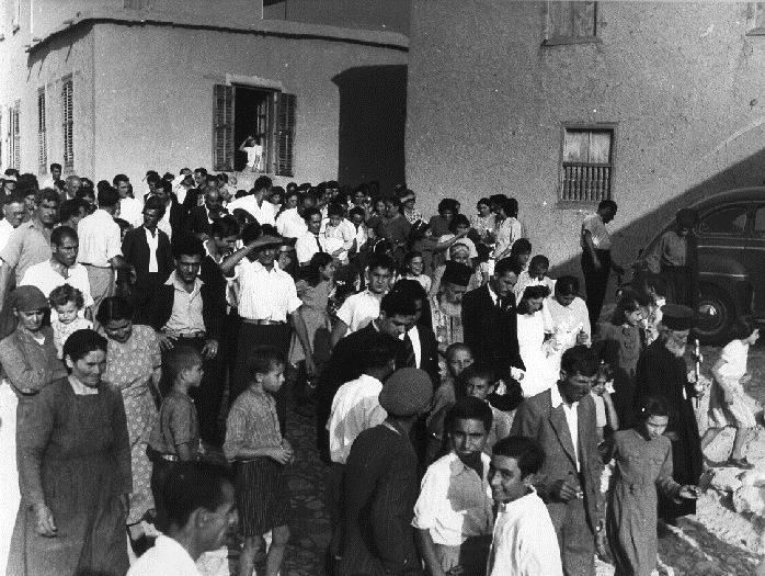 Μεταφέροντας τη νύφη στην Εκκλησία, συνοδεία ολόκληρου του χωριού. Η φωτογραφία τραβήχτηκε το 1950 στην Πάφο. ΛΕΒΕΝΤΕΙΟ ΜΟΥΣΕΙΟ